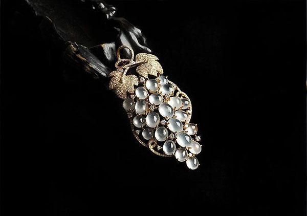 玻璃种无色翡翠蛋面镶嵌葡萄吊坠的佩戴寓意