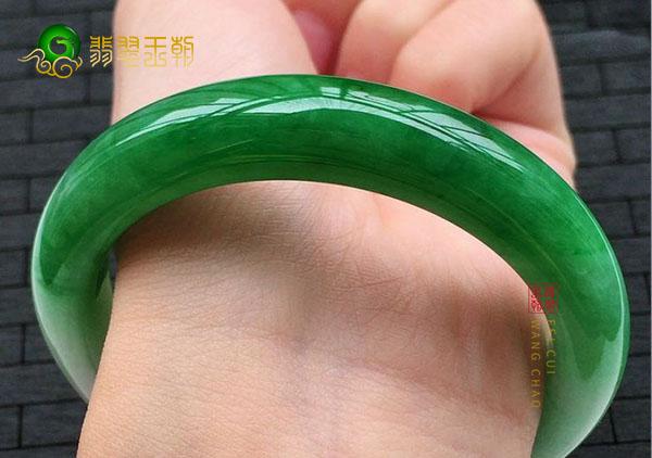 糯冰种浓绿色翡翠手镯的价格如何?一般多少钱?