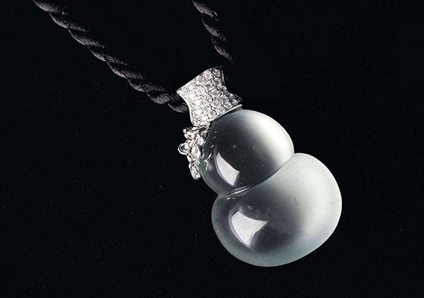 玻璃种无色翡翠葫芦挂件是佩戴健康吉祥宝物