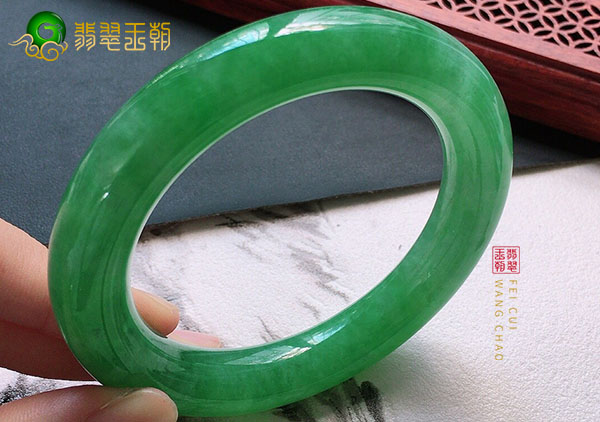 糯冰种浓绿翡翠手镯常见的瑕疵以及补救办法