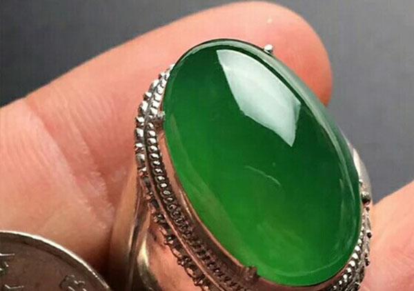 顶级冰种浓绿翡翠戒面收藏价值高的怎么挑选