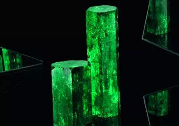 帝王绿翡翠和绿色宝石祖母绿之间的差异区分