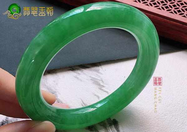 糯冰种满绿色翡翠手镯价格如何?该怎么挑选?