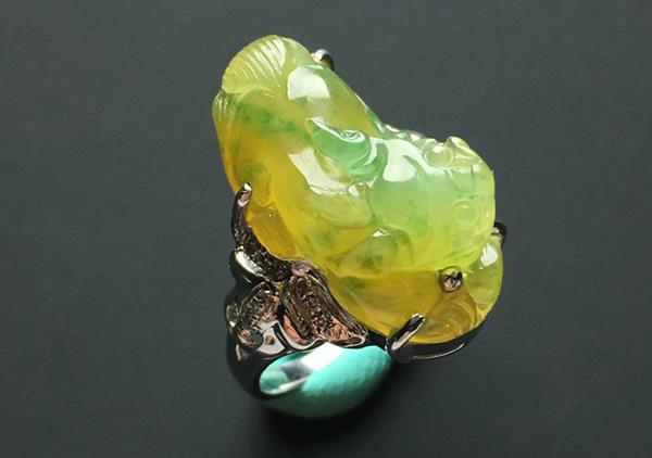 糯冰种黄加绿翡翠戒指日常佩戴必备挑选指南