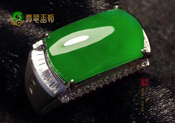 男士戴黄18K金镶嵌冰种阳绿翡翠戒指该怎么挑选