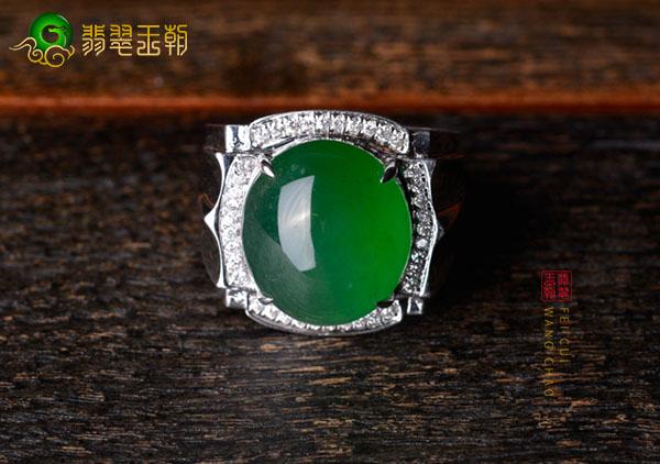 冰种浓绿翡翠蛋面镶嵌戒指挑选跟手型的搭配