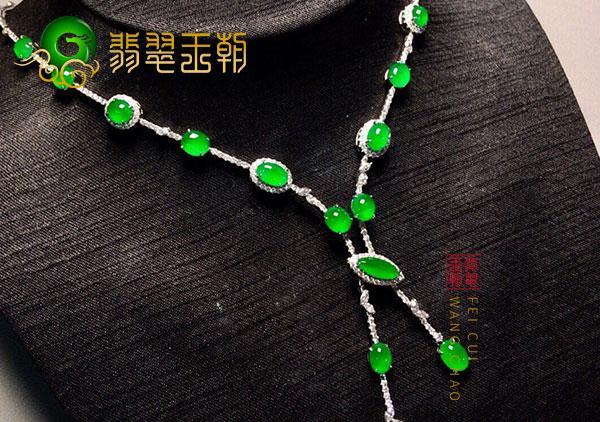 冰种翠绿色翡翠蛋面镶嵌项链价格和佩戴讲究