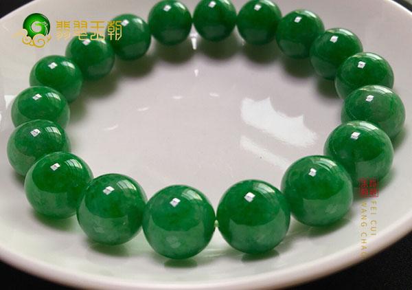 糯冰种浓绿翡翠珠子手串佩戴对养生有益无损