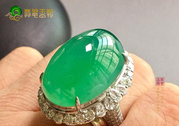 冰玻种绿晴水翡翠戒指的底是评定质量的一项指标