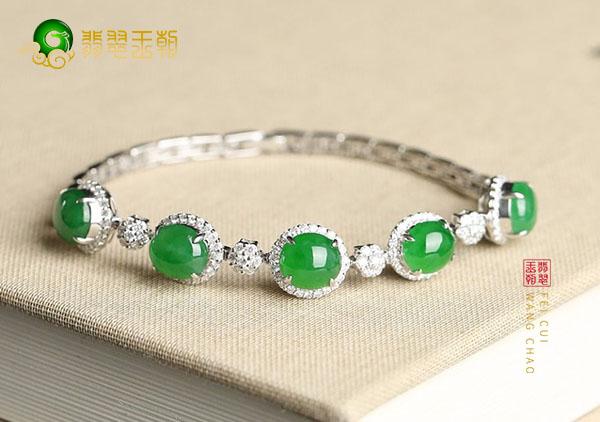 冰种翠绿色翡翠镶嵌手链经常佩戴有辟邪的作用