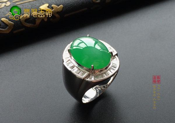 糯冰种翠绿色翡翠男戒用K金镶嵌和用银镶的区别