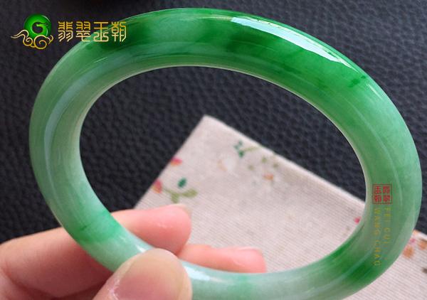 糯冰种飘绿翡翠圆条手镯具有的作用与功效有哪些