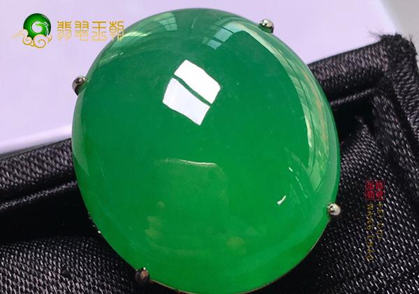 冰种阳绿翡翠蛋面镶嵌戒指如何通过颜色看品质