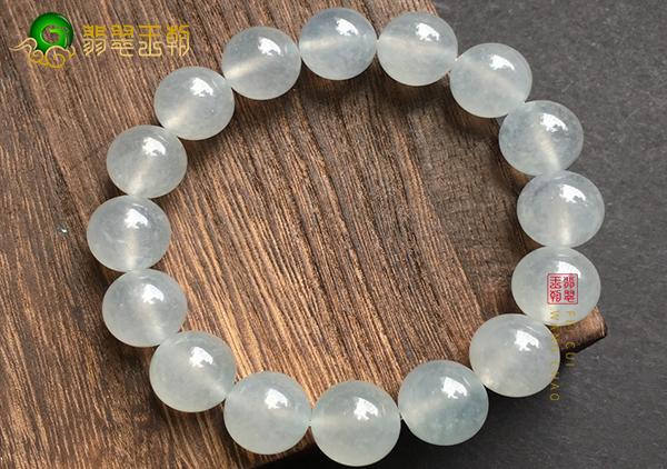 冰种淡晴水色翡翠珠串手链的纹裂和石纹区别